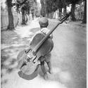 Eva Besnyö, Junge mit dem Cello, Balaton, Ungarn 1931, Silbergelatine © Eva Besnyö / Maria Austria Instituut