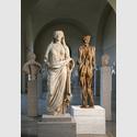 Andreas Kuhnlein, Frauenstatue, 2014, Eiche (188 x 47 x 33 cm) © Staatliche Antikensammlungen und Glyptothek München, fotografiert von Renate Kühling