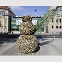 Daniel Knorr: Bonhomme, 2017. Ausstellungsansicht Kestnergesellschaftz, 2017. Foto: Raimund Zakowski. Courtesy der Künstler, Meyer-Riegger, Karlsruhe, Berlin, Galerie Nächst St. Stephan, Wien.