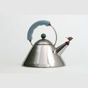Wasserkessel mit Flöte , Edelstahl, Polyamid Design: Michael Graves (*1934) Italien, 1985 Alessi, Valle Strona, Italien, Hersteller (seit 1921) © Museum Angewandte Kunst, Frankfurt, Foto: Uwe Dettmar