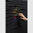 Manuela Leite, Faltengewebe mit Bewegungssensorik, bei Bewegung öffnen sich die farbigen Falten, 100% Baumwolle / © Design: Manuela Leite, Foto: Matthias Ritzmann