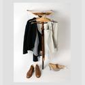 Pomona Zipser, Der lehnende Diener, 2014  Holz, Eisen, Seil, 115 x 55 x 48 cm mit Mode von Michael Wagner und Maßschuhen von Lotte Post