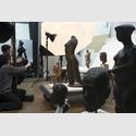 Yorgos Sapountzis: Fotoshooting im Sprengel Museum Hannover für die Installation Nacktes Erbe. Wir brauchen euch alle, 2017, mit Yorgos Sapountzis und Benedikt Werner.