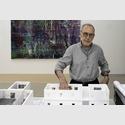 Gerhard Richter in seinem Atelier bei der Arbeit am Modell für die Ausstellung im Museum Barberini, 2018. Foto: Hubert Becker